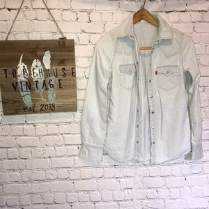 NWOT Levi's Detailed Buttondown Light Denim S